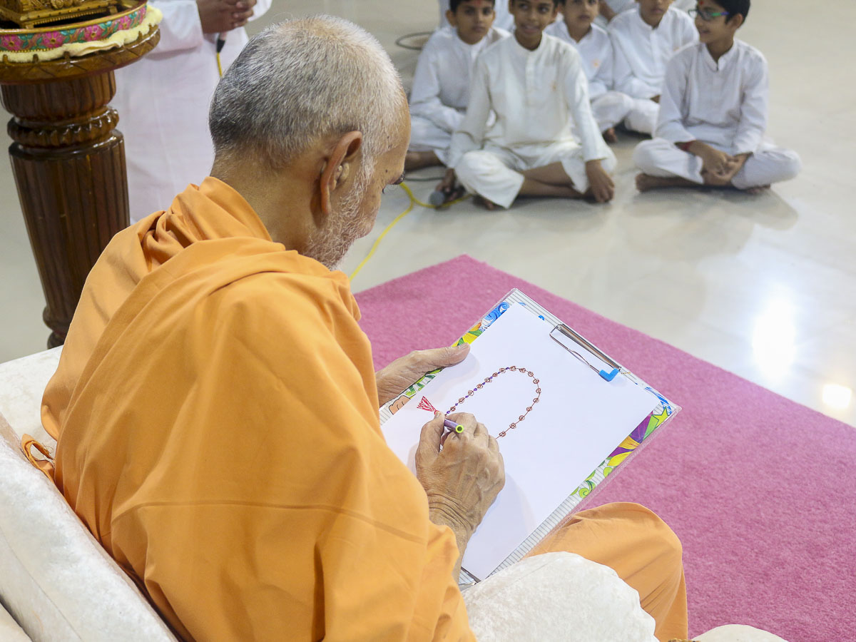 Param Pujya Mahant Swami participates in an activity, 4 Oct 2016