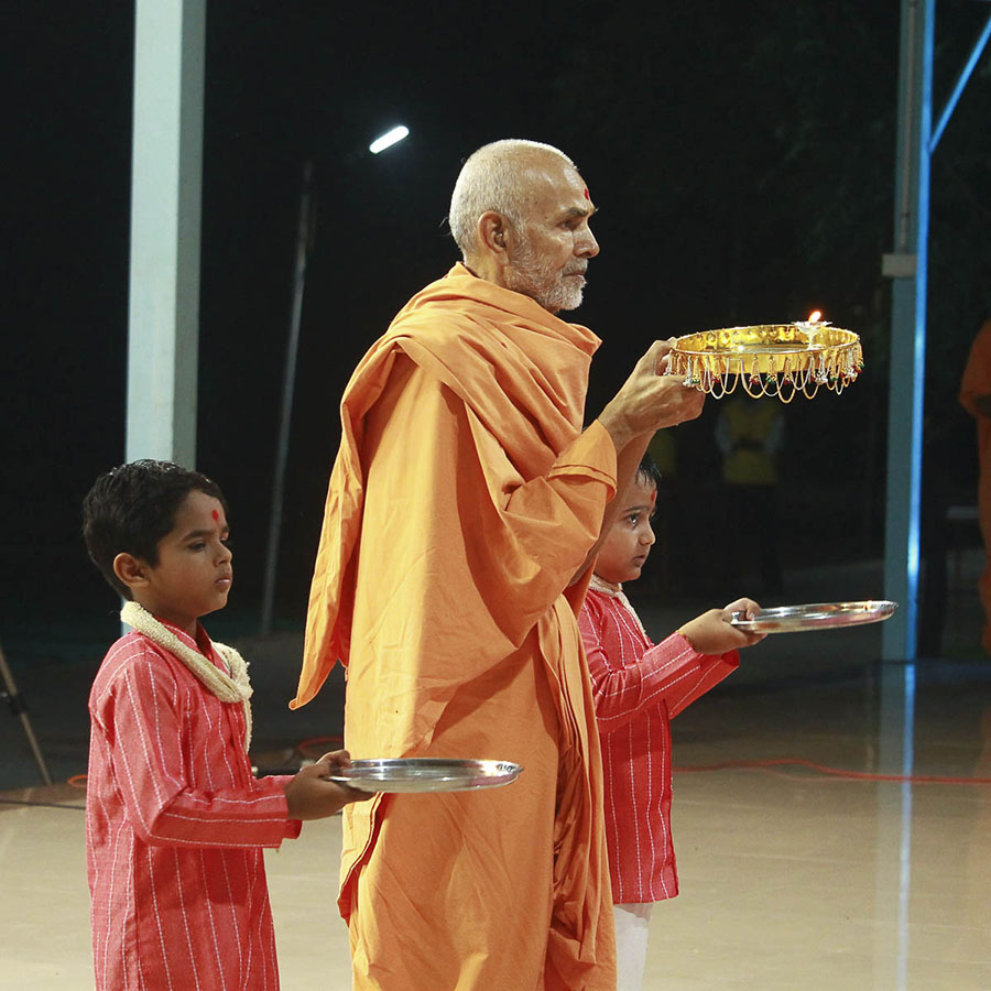 Param Pujya Mahant Swami and children perform arti, 4 Oct 2016