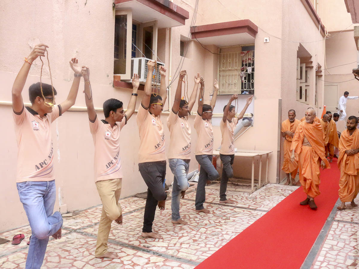 A presentation by youths before Param Pujya Mahant Swami, 5 Oct 2016
