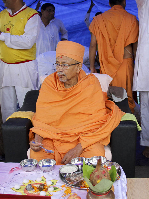 Pujya Tyagvallabh Swami performs mahapuja rituals of first pillar for the new BAPS Shri Swaminarayan Mandir, Nadiad, 6 Oct 2016