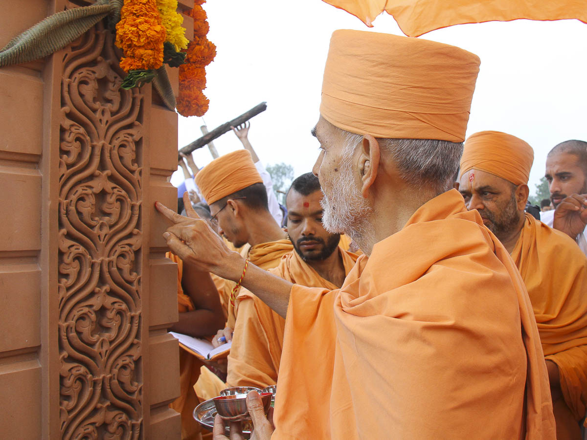 Param Pujya Mahant Swami performs pujan of pillar, 6 Oct 2016
