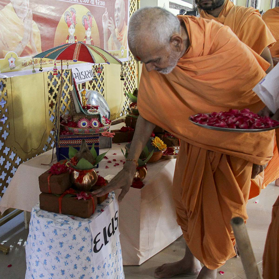 Param Pujya Mahant Swami sanctifies bricks for the new BAPS Shri Swaminarayan Mandir, Davad, 6 Oct 2016