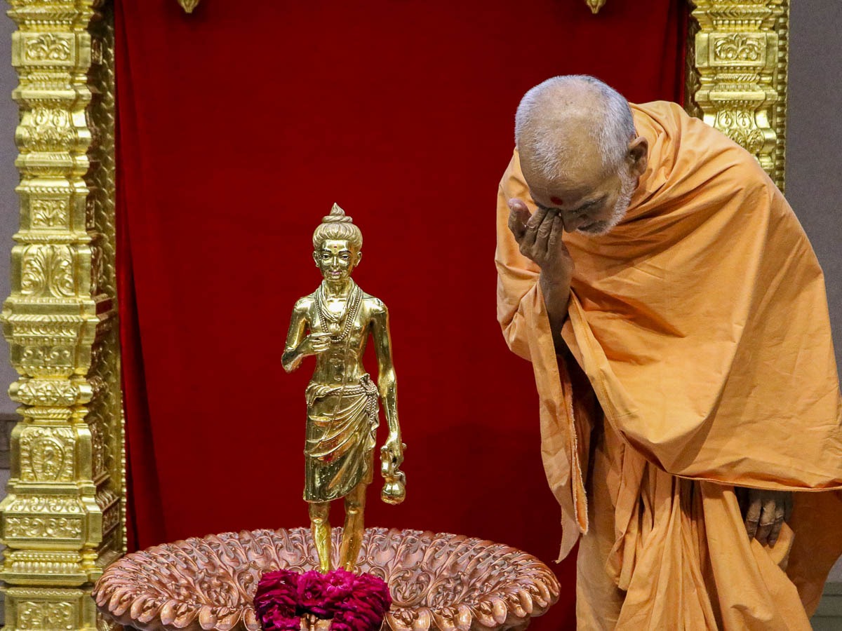 Param Pujya Mahant Swami Maharaj engrossed in darshan of Shri Nilkanth Varni, 6 Oct 2016