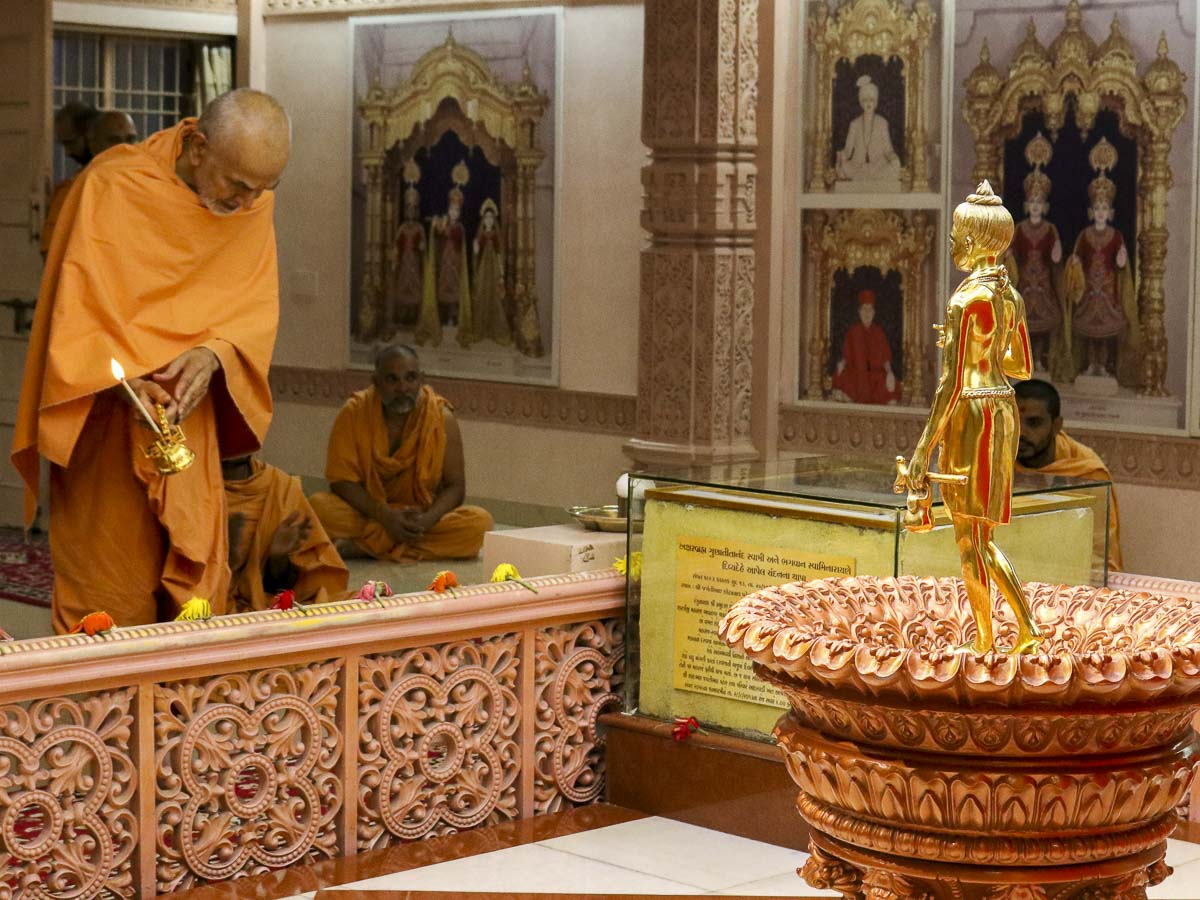 Param Pujya Mahant Swami performs arti of Shri Nilkanth Varni, 7 Oct 2016
