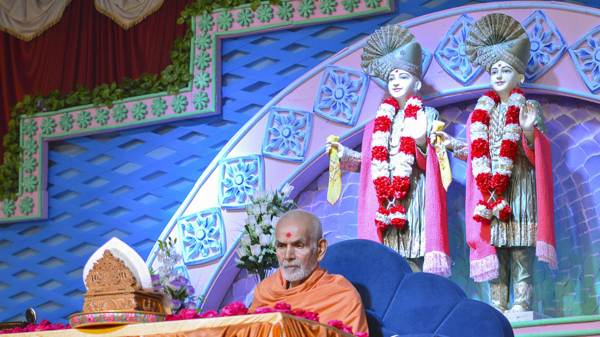 Param Pujya Mahant Swami performs his morning puja, 7 Oct 2016