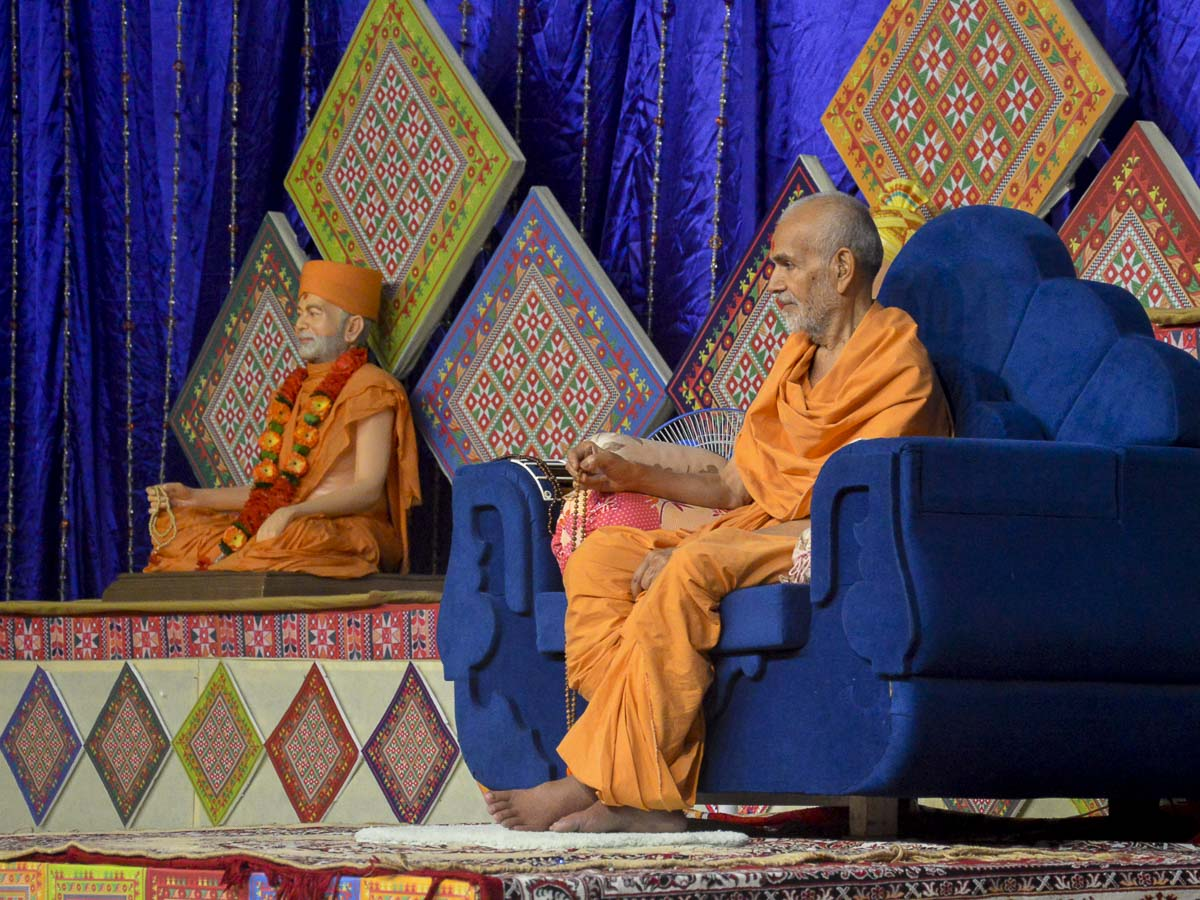 Param Pujya Mahant Swami during the morning satsang assembly, 7 Oct 2016
