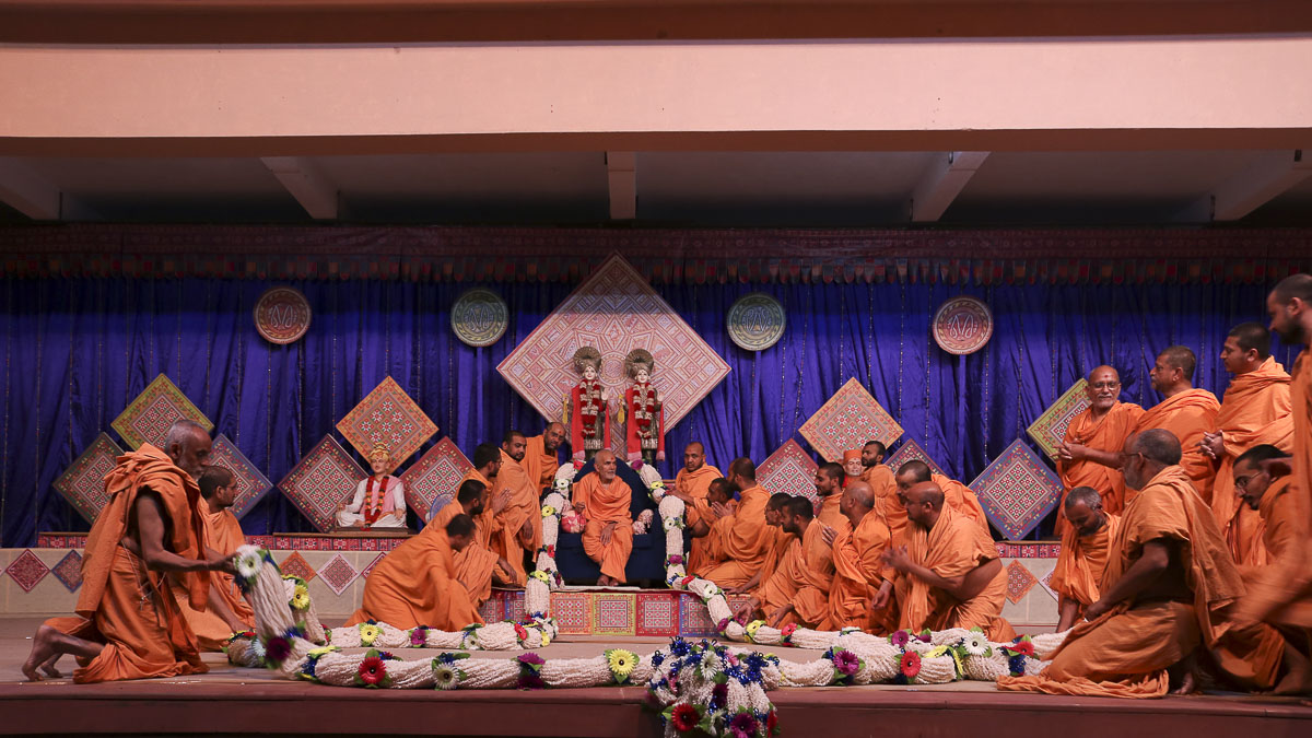 Sadhus honor Param Pujya Mahant Swami with a garland, 7 Oct 2016