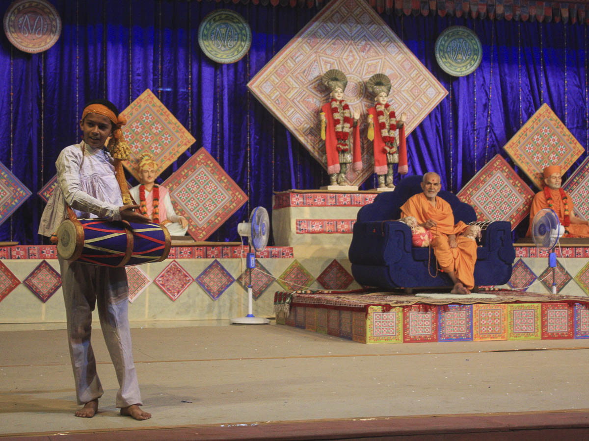 Presentation by children before Param Pujya Mahant Swami in the evening satsang assembly, 7 Oct 2016