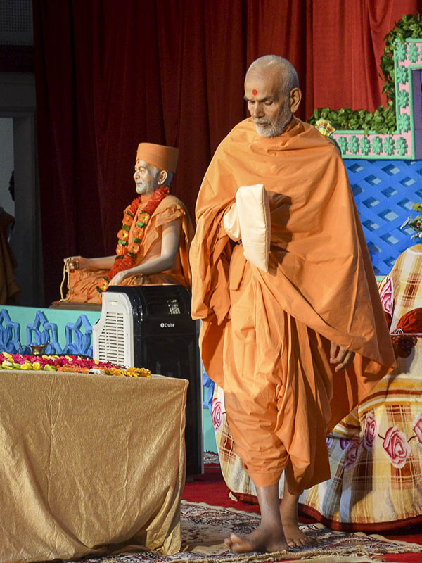 Param Pujya Mahant Swami performs his morning puja, 8 Oct 2016