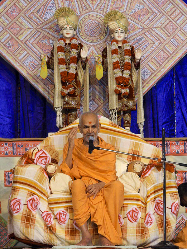 Param Pujya Mahant Swami blesses the evening satsang assembly, 8 Oct 2016