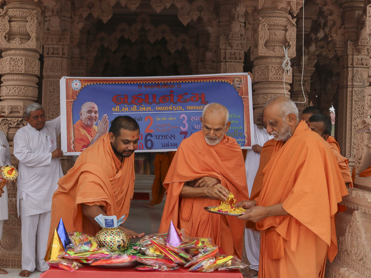 Param Pujya Mahant Swami sanctifies prizes for children, 9 Oct 2016