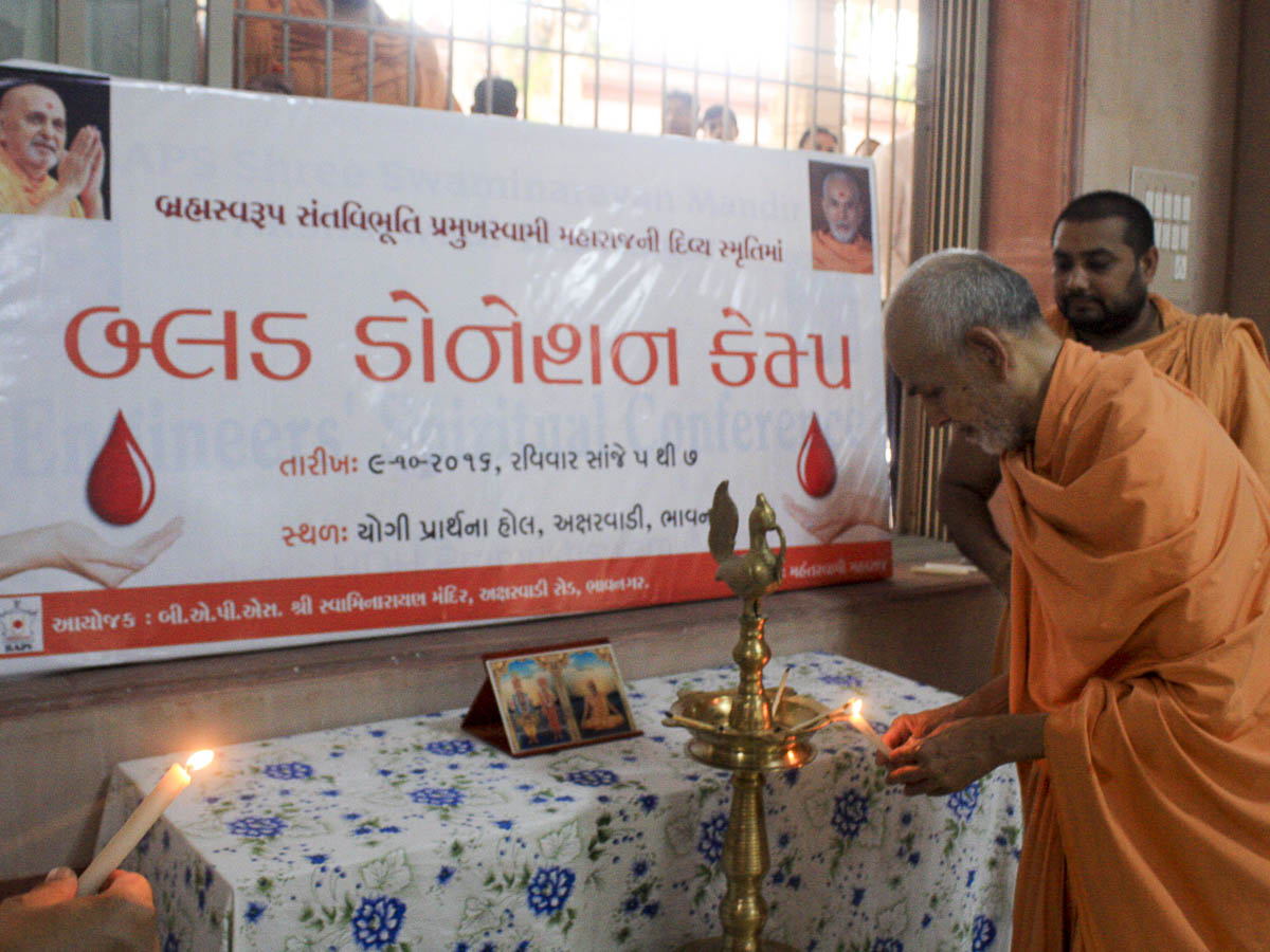 Param Pujya Mahant Swami lighting the inaugural lamp for a blood donation camp, 9 Oct 2016
