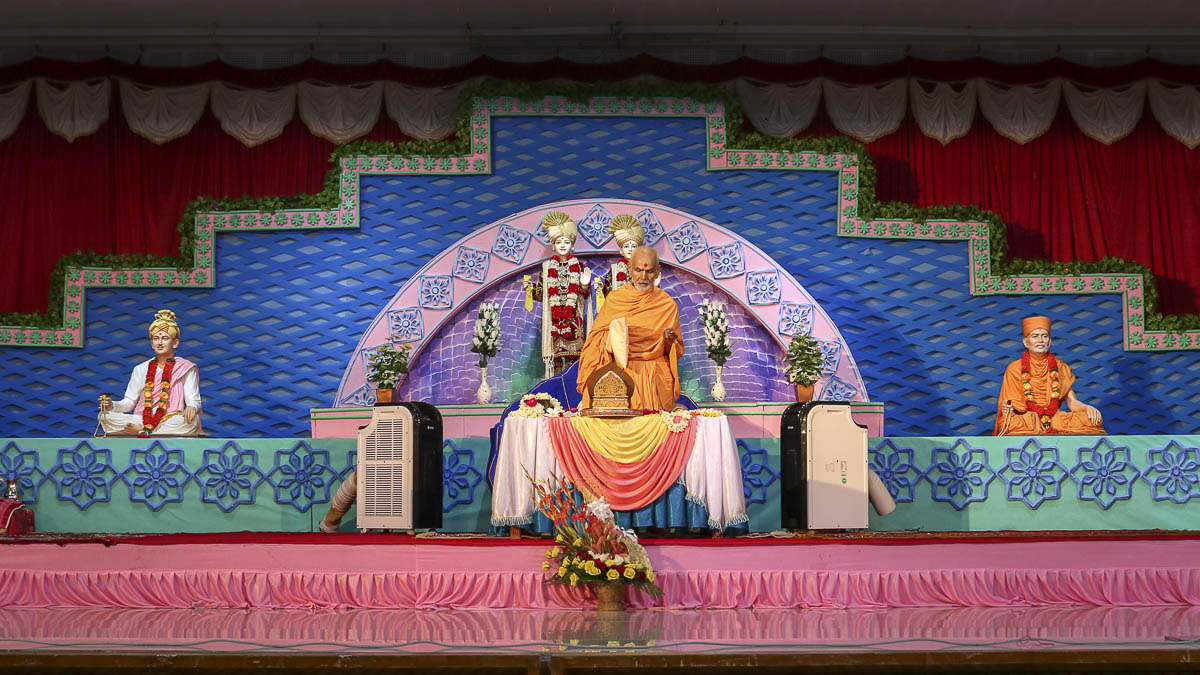 Param Pujya Mahant Swami performs his morning puja, 10 Oct 2016