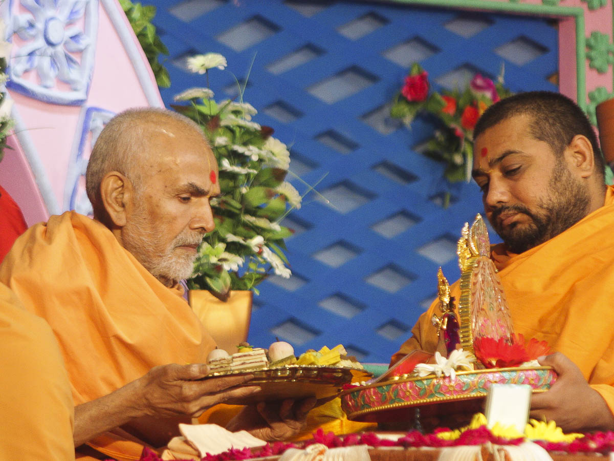 Param Pujya Mahant Swami offers thal to Thakorji in the morning puja, 11 Oct 2016