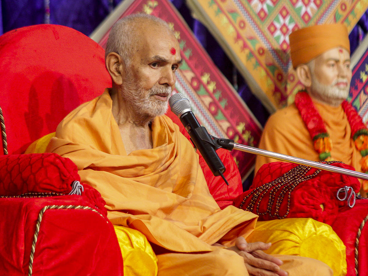 Param Pujya Mahant Swami blesses the evening satsang assembly, 11 Oct 2016