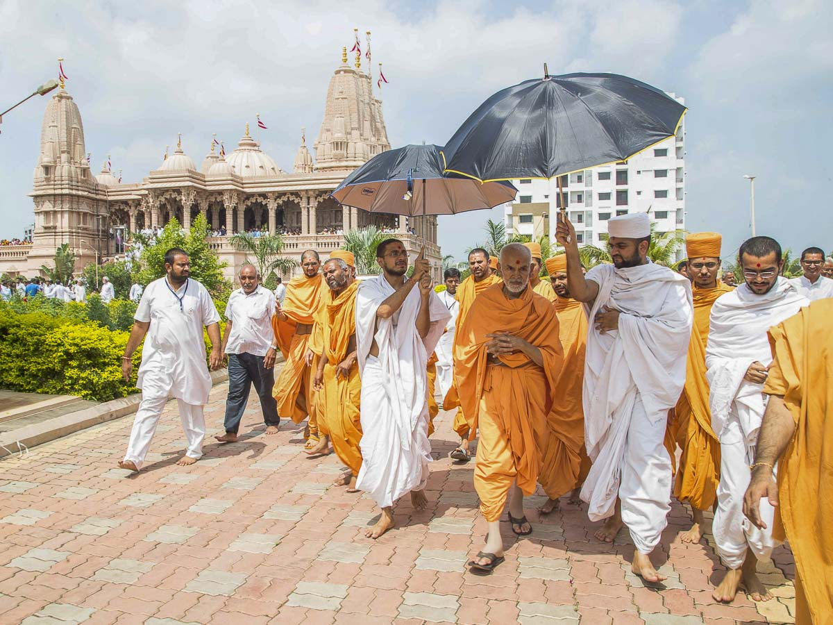 Param Pujya Mahant Swami in the mandir grounds