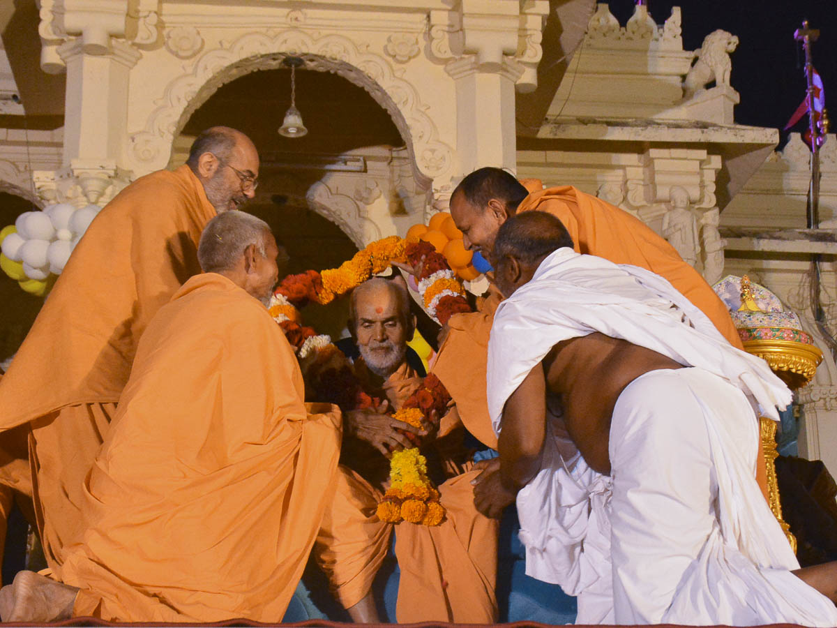 Sadhus honor Param Pujya Mahant Swami with a garland, 12 Oct 2016