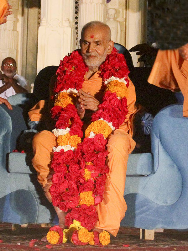 Param Pujya Mahant Swami honored with a garland, 12 Oct 2016
