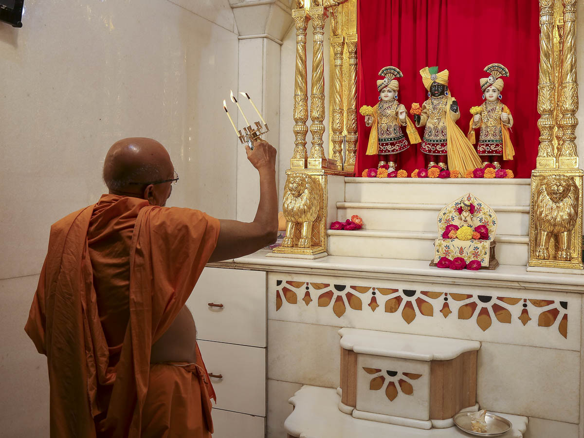 Pujya Tyagvallabh Swami performs arti, 13 Oct 2016