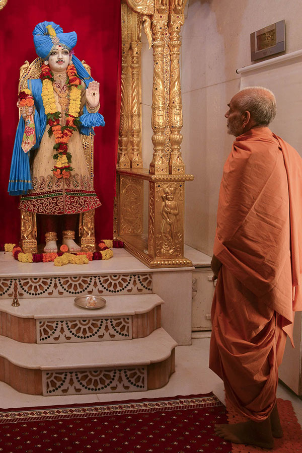 Param Pujya Mahant Swami engrossed in darshan of Shri Ghanshyam Maharaj, 13 Oct 2016