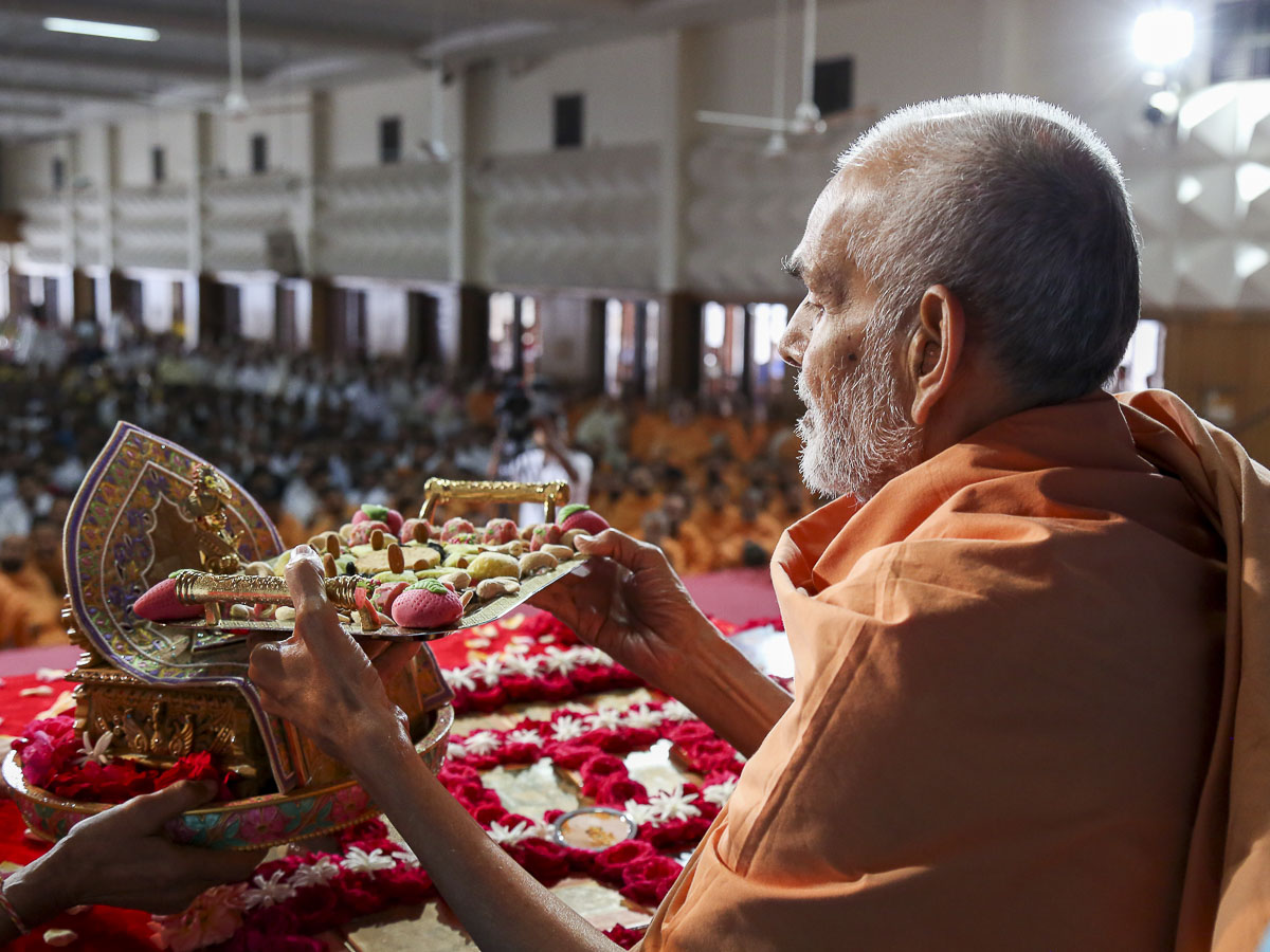 Param Pujya Mahant Swami performs his morning puja, 13 Oct 2016