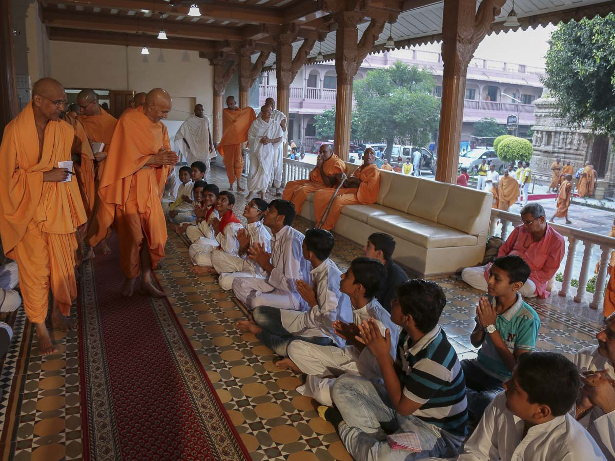 Children doing darshan of Param Pujya Mahant Swami, 16 Oct 2016