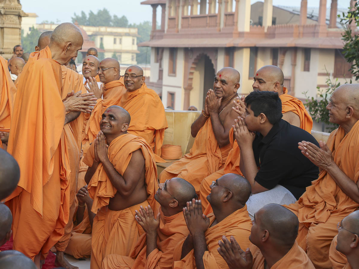Param Pujya Mahant Swami converses with sadhus in the mandir pradakshina, 16 Oct 2016