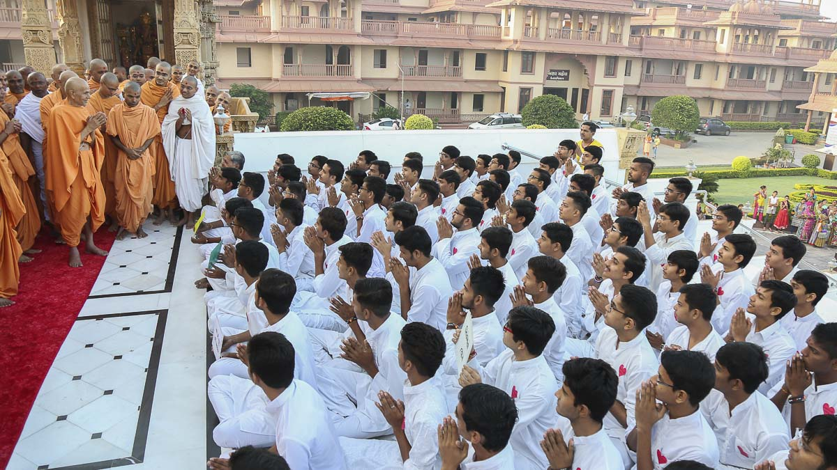 Param Pujya Mahant Swami greets youths with 'Jai Swaminarayan', 16 Oct 2016
