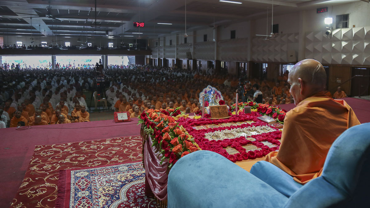 Param Pujya Mahant Swami performs his morning puja, 16 Oct 2016