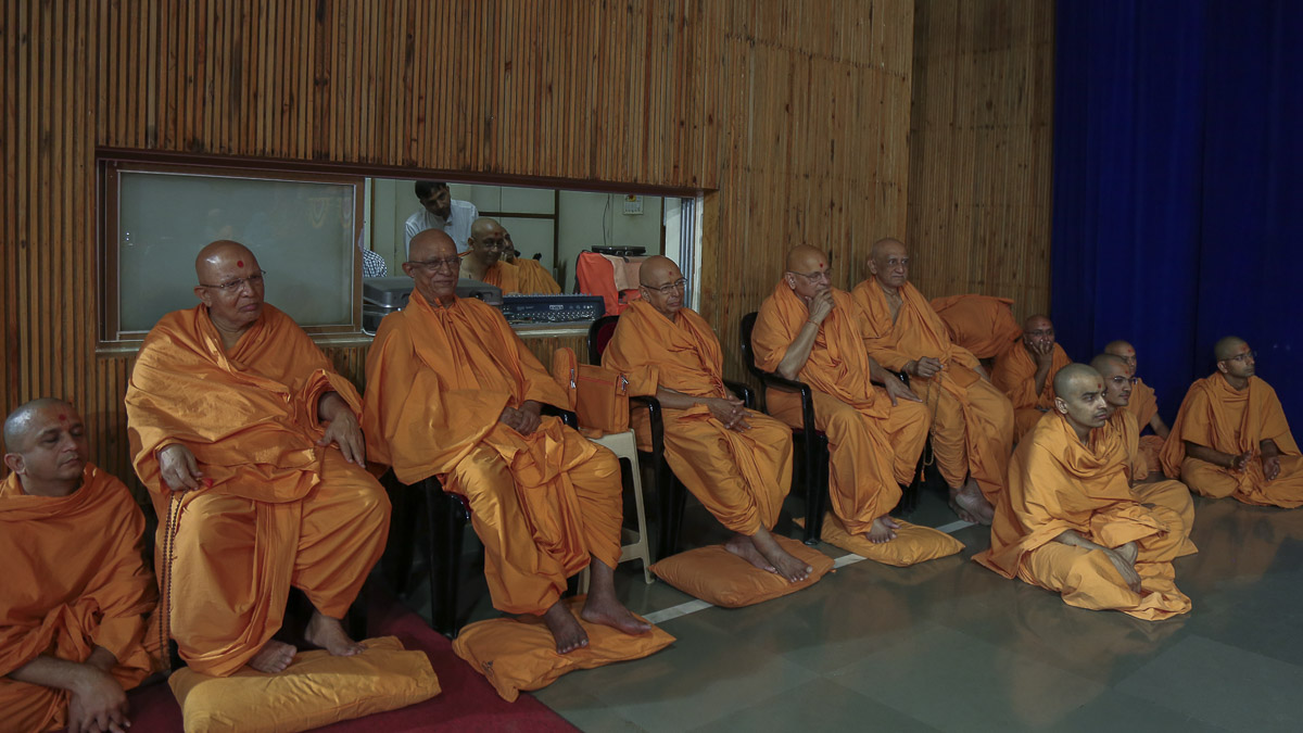 Senior sadhus doing darshan of Param Pujya Mahant Swami, 16 Oct 2016