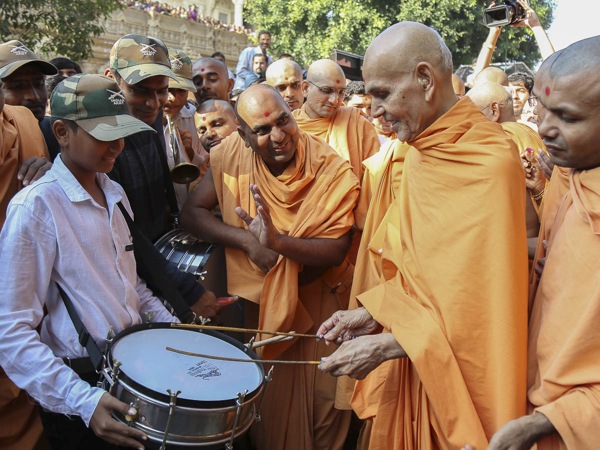 Param Pujya Mahant Swami plays the drum, 16 Oct 2016