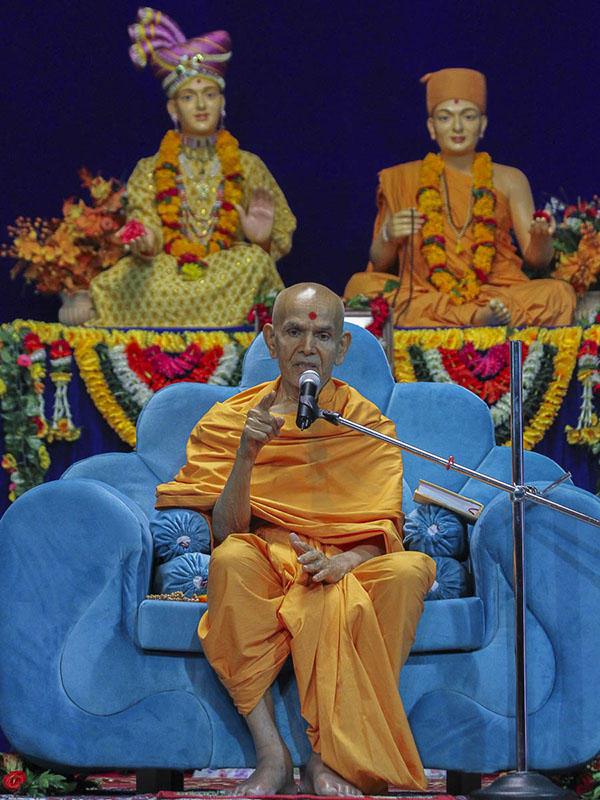 Param Pujya Mahant Swami blesses the satsang assembly, 16 Oct 2016