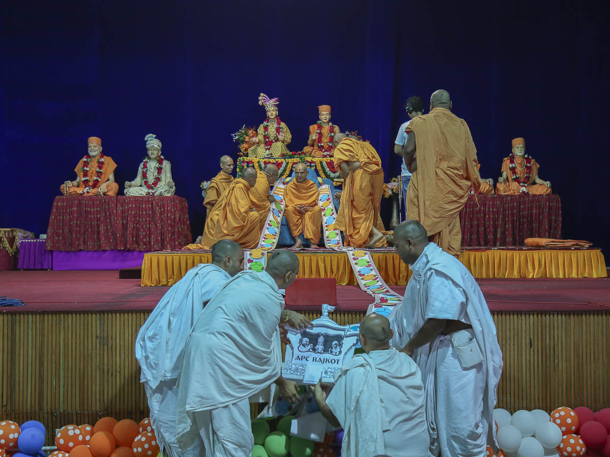 Sadhus and parshads honor Param Pujya Mahant Swami with a garland, 16 Oct 2016