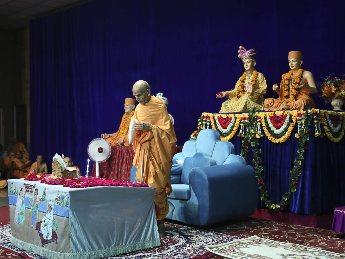 Param Pujya Mahant Swami performs his morning puja, 17 Oct 2016