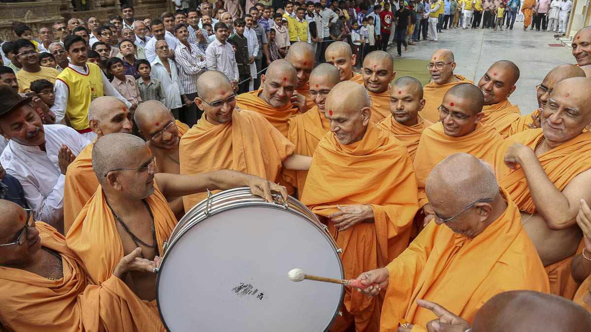Param Pujya Mahant Swami and Pujya Doctor Swami play the drum, 17 Oct 2016