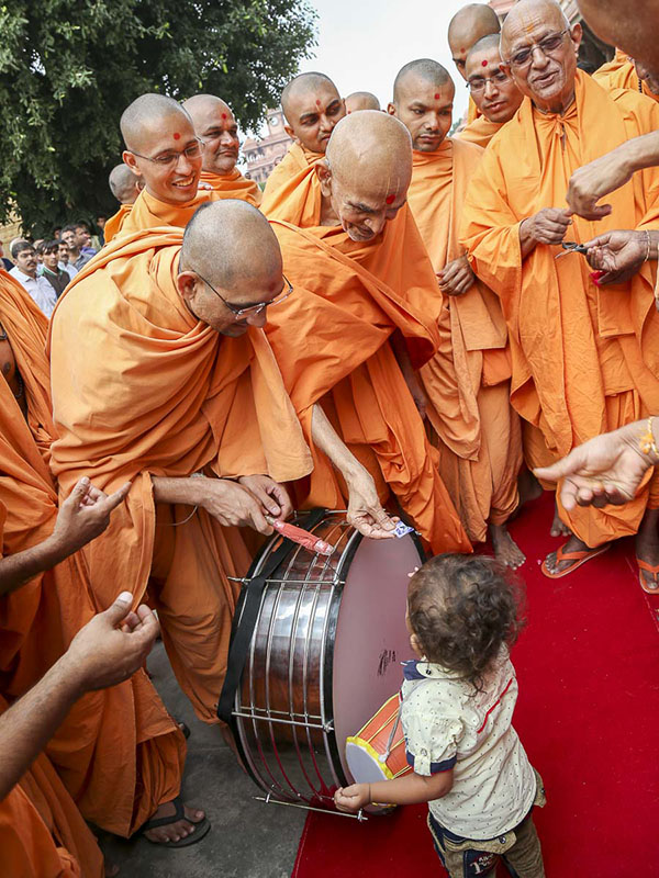 Param Pujya Mahant Swami blesses a child, 17 Oct 2016