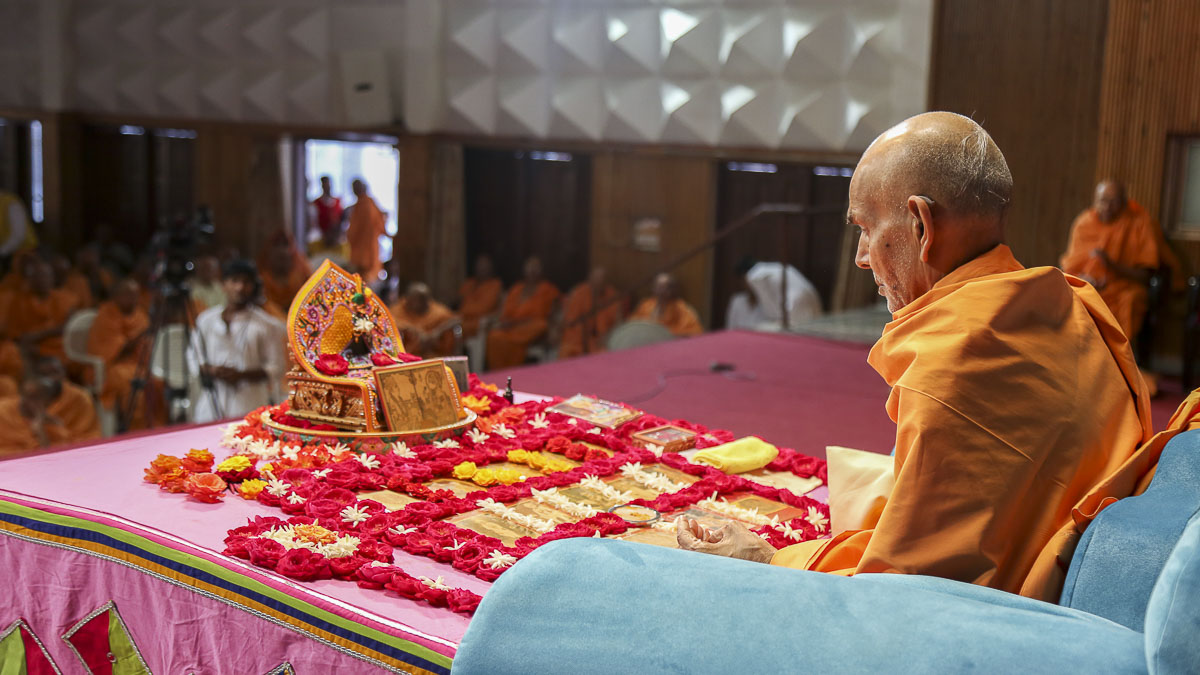 Param Pujya Mahant Swami performs his morning puja, 18 Oct 2016