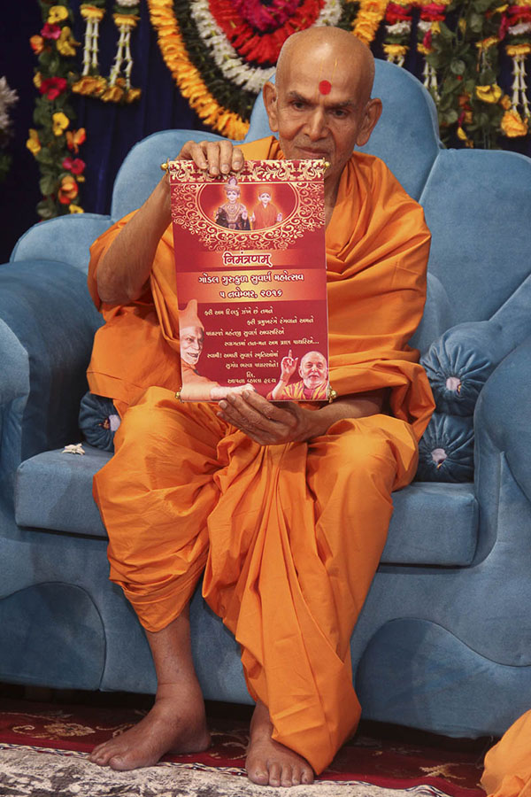 Sadhus present invitation for 50th anniversary celebration of Gondal Gurukul to Param Pujya Mahant Swami, 18 Oct 2016