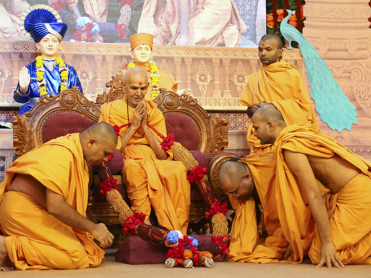 Sadhus honor Param Pujya Mahant Swami with a garland, 18 Oct 2016