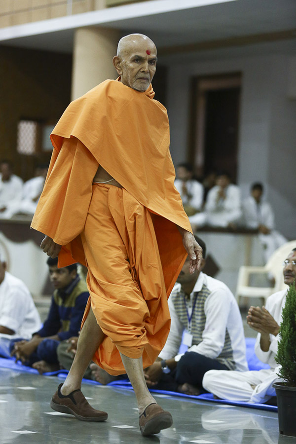 Param Pujya Mahant Swami during his evening walk, 19 Oct 2016