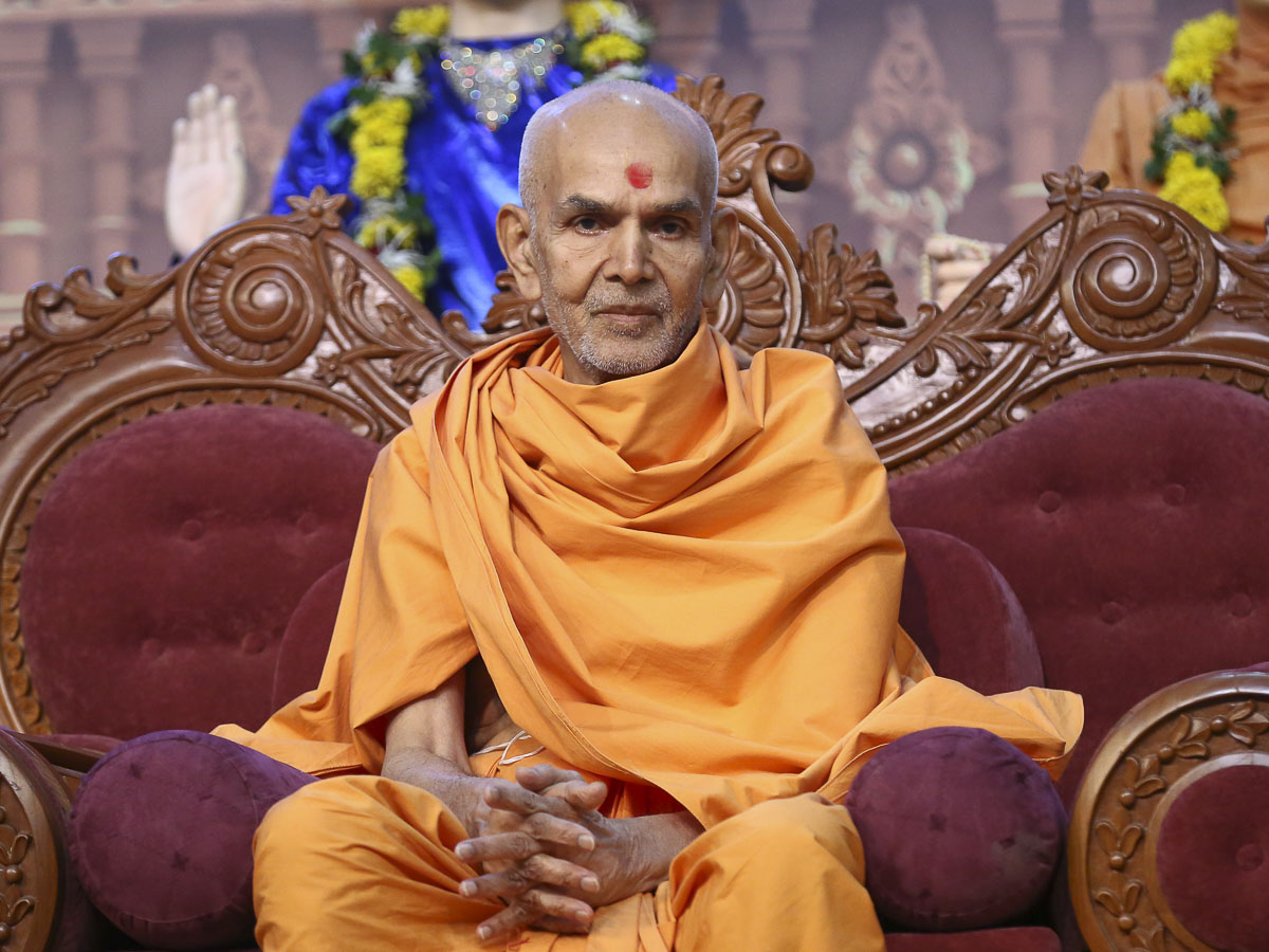 Param Pujya Mahant Swami during the evening satsang assembly, 19 Oct 2016