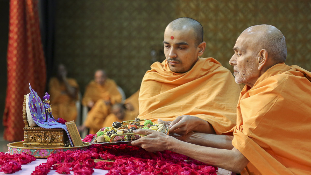 Param Pujya Mahant Swami offers thal to Thakorji in his morning puja, 20 Oct 2016