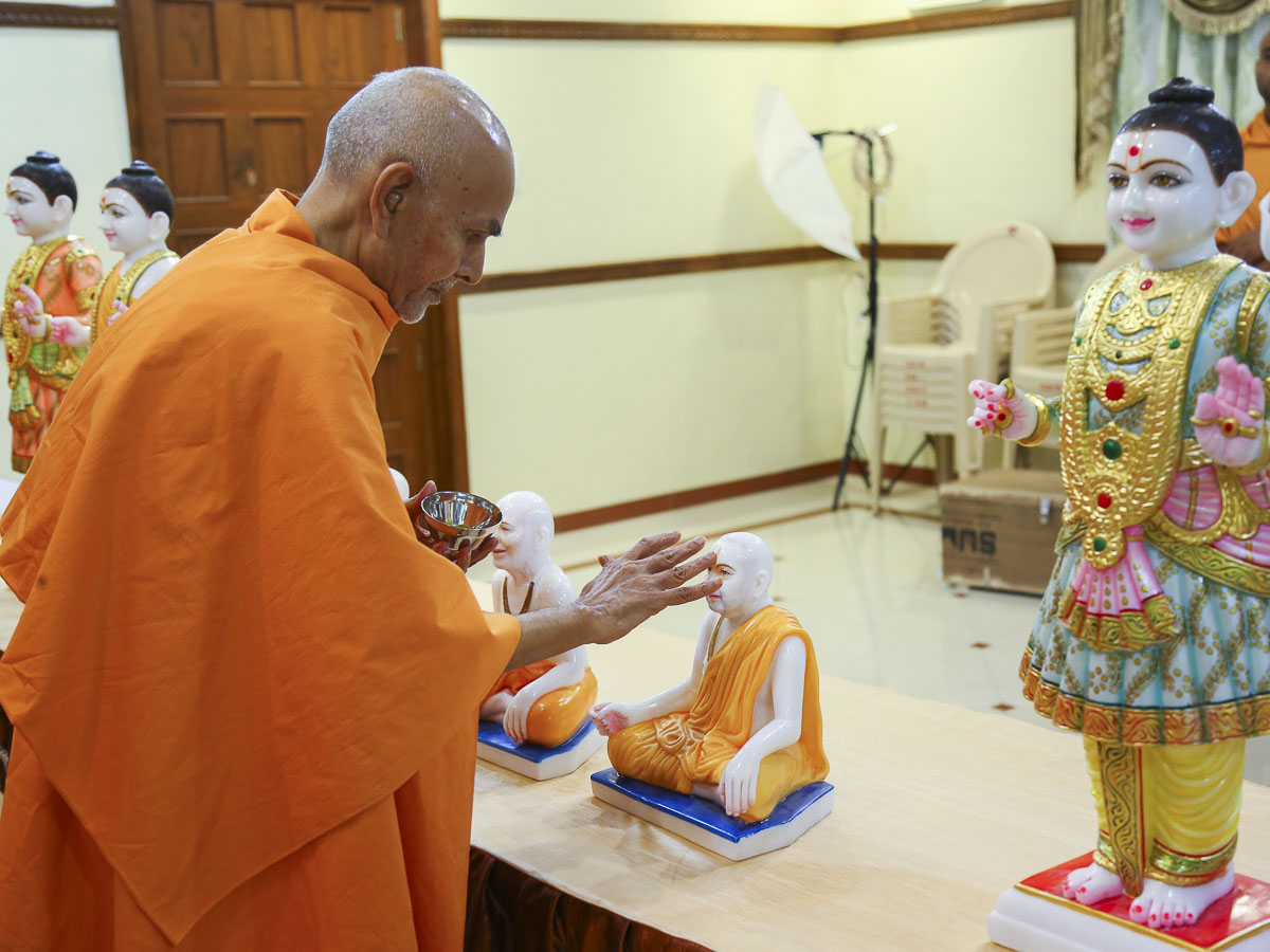 Param Pujya Mahant Swami sanctifies murtis for a ghar mandir, 20 Oct 2016