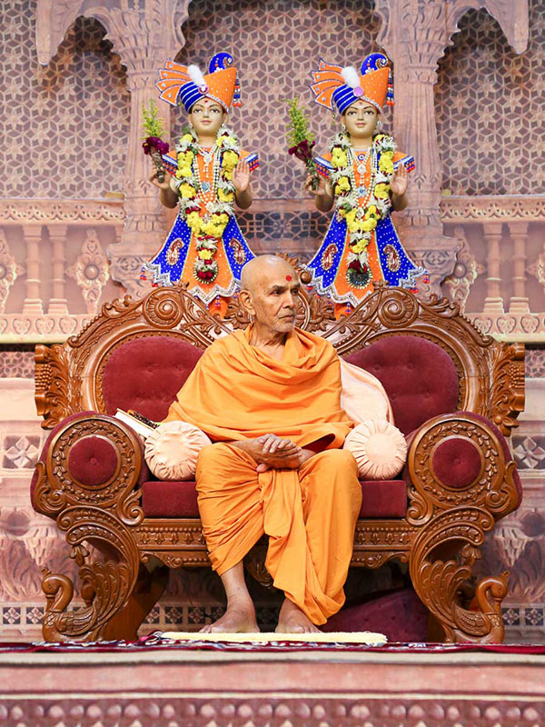 Param Pujya Mahant Swami during the evening assembly, 20 Oct 2016