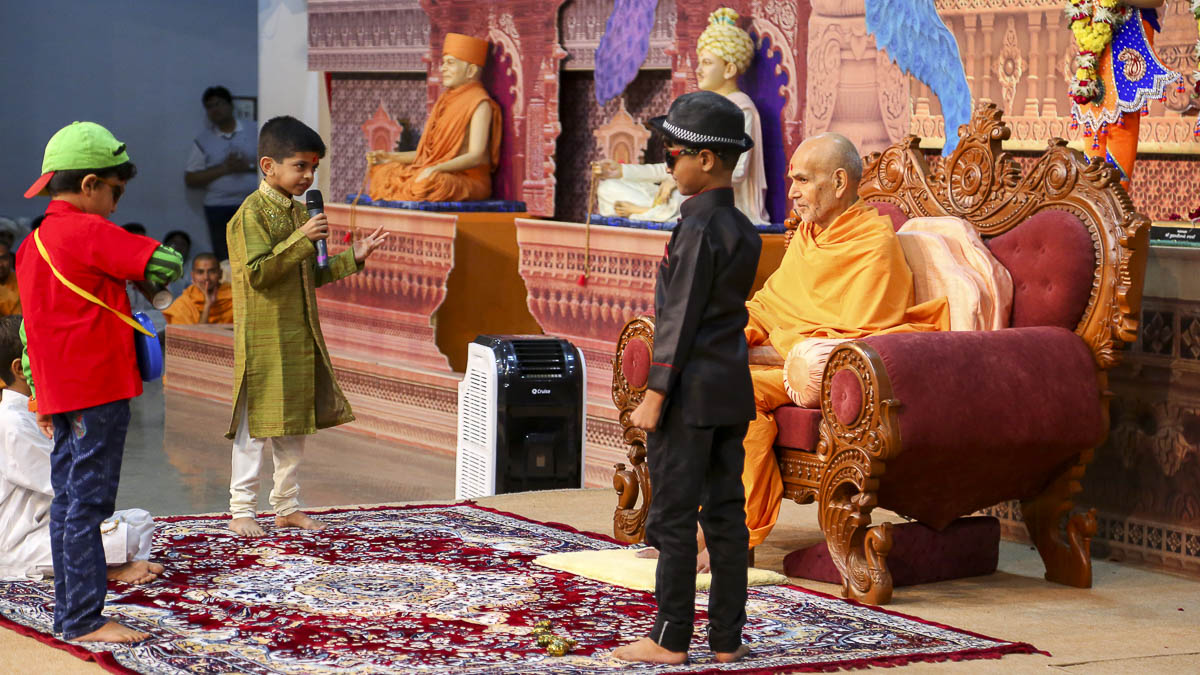 Param Pujya Mahant Swami interacts with children, 20 Oct 2016