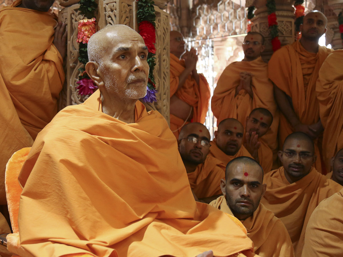 Param Pujya Mahant Swami engrossed in darshan of Thakorji, 21 Oct 2016