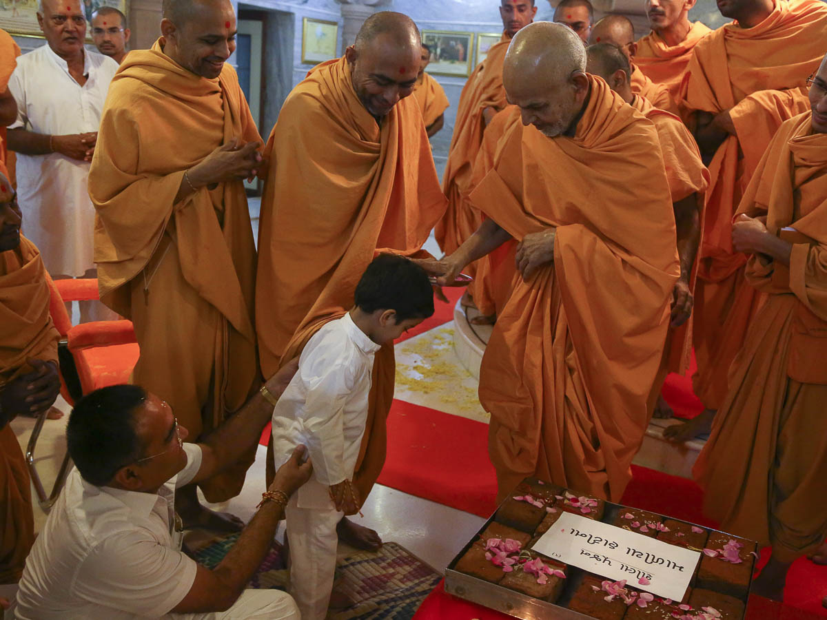 Param Pujya Mahant Swami blesses a child, 21 Oct 2016