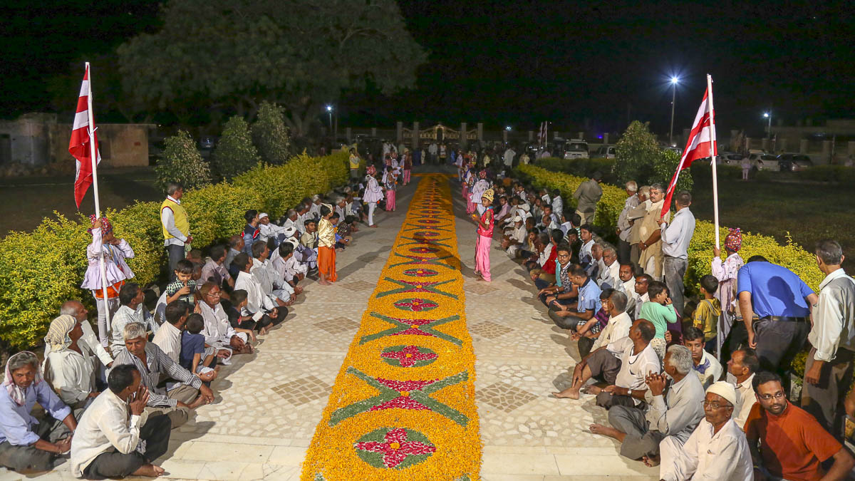 Devotees eagerly wait to welcome HH Mahant Swami Maharaj, 22 Oct 2016