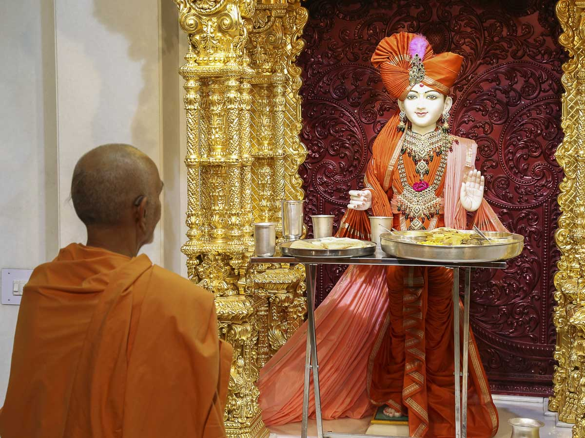 Param Pujya Mahant Swami engrossed in darshan of Thakorji, 22 Oct 2016