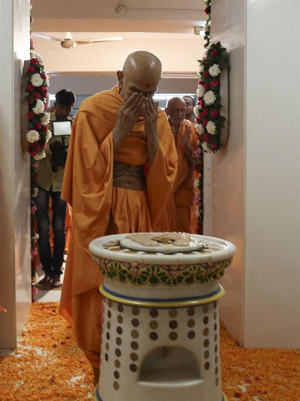 Param Pujya Mahant Swami engrossed in darshan at Aksharbrahman Gunatitanand Swami's birthplace, 22 Oct 2016